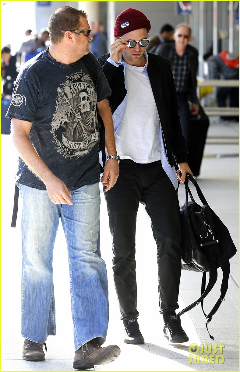 robert pattinson flys out of sydney after rover premiere 063131570
