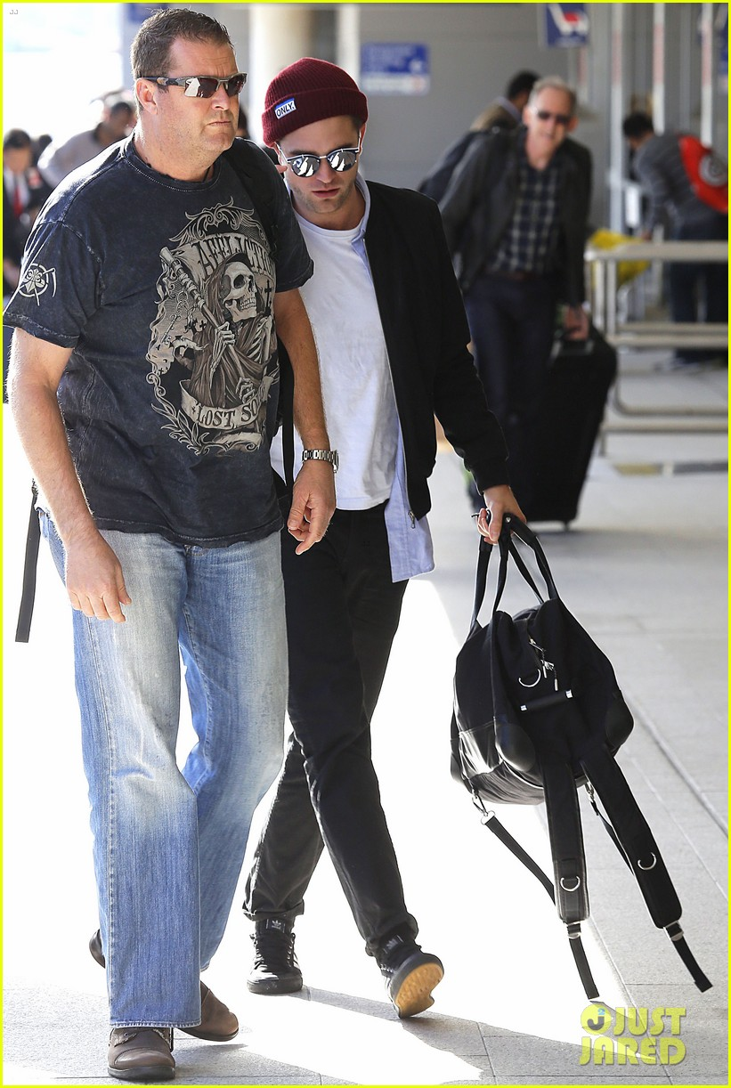robert pattinson flys out of sydney after rover premiere 073131571