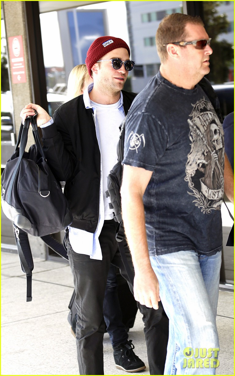 robert pattinson flys out of sydney after rover premiere 093131573