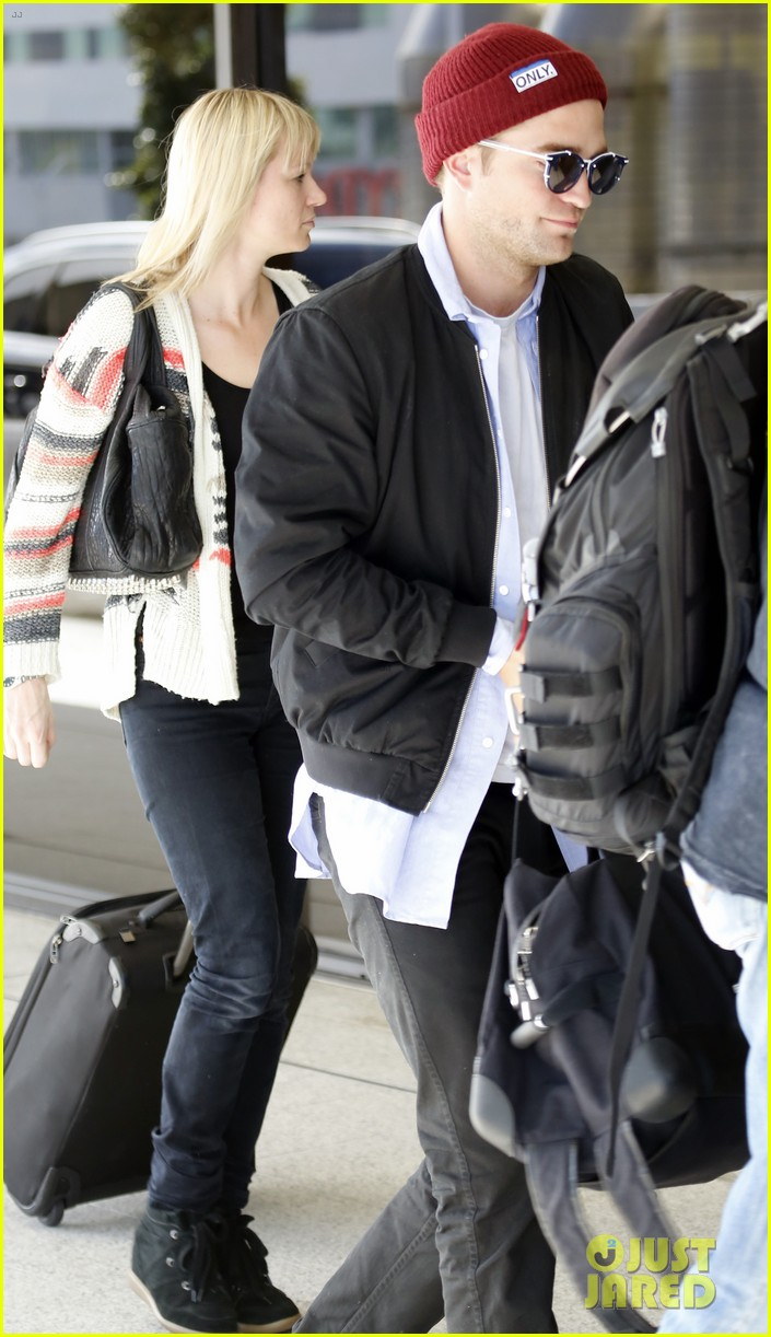robert pattinson flys out of sydney after rover premiere 103131574