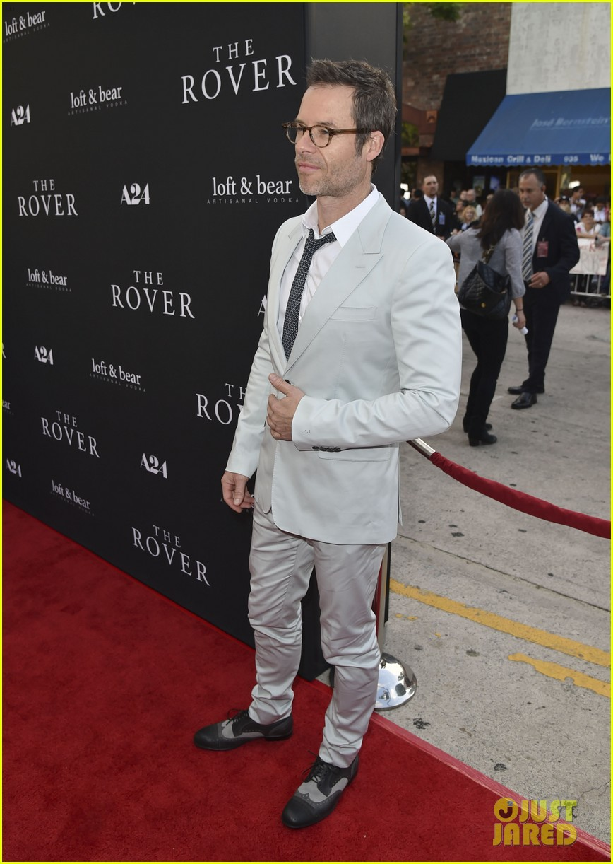 robert pattinson guy pearce rover hollywood premiere 17