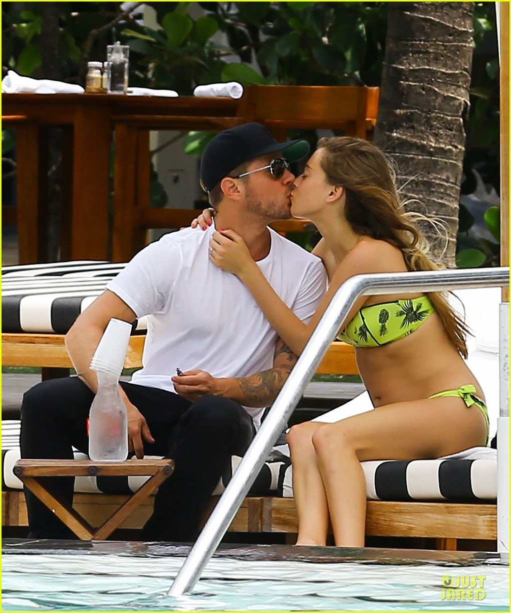 ryan phillippe paulina slagter heat up miami by kissing 023133511