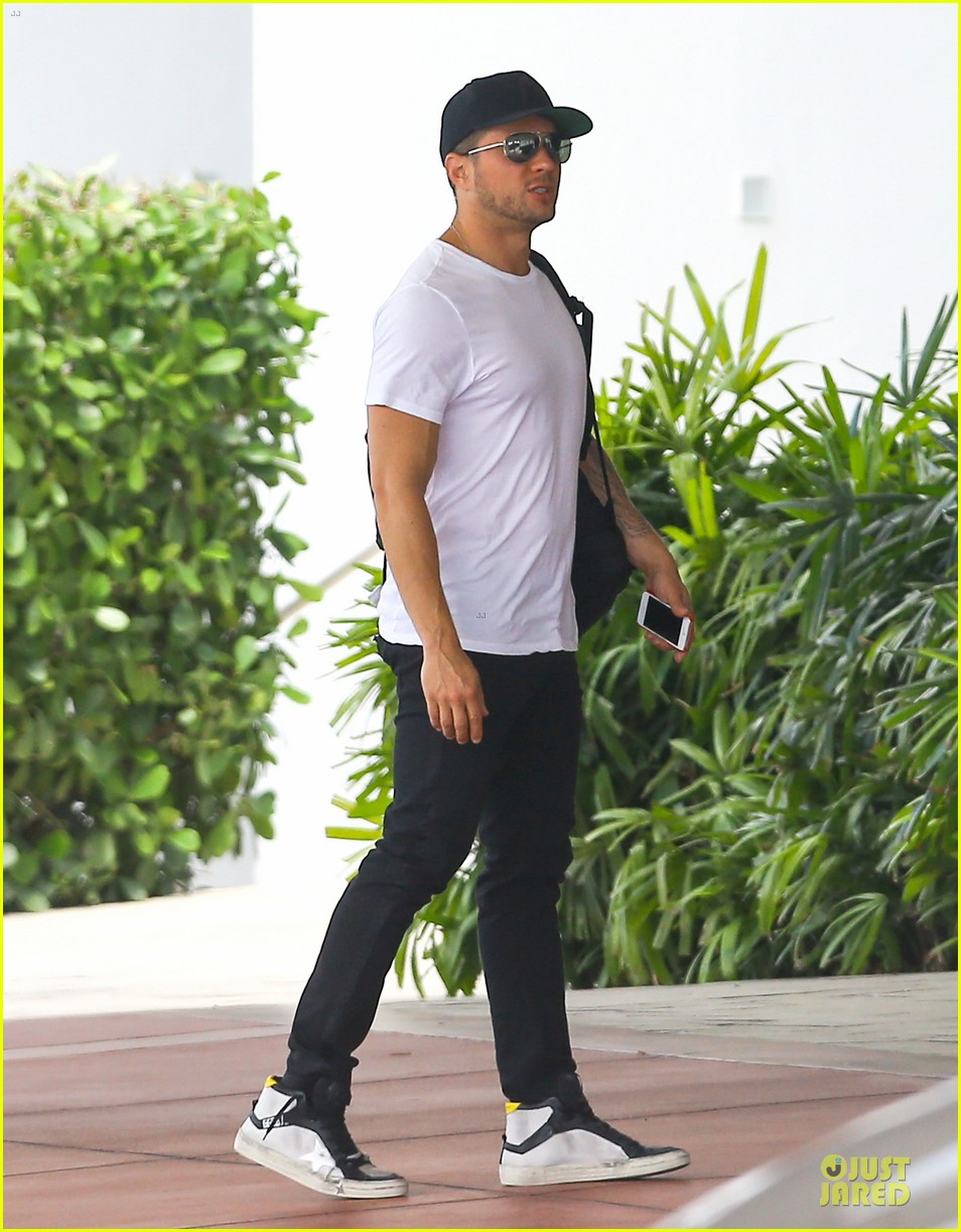 ryan phillippe paulina slagter heat up miami by kissing 063133515