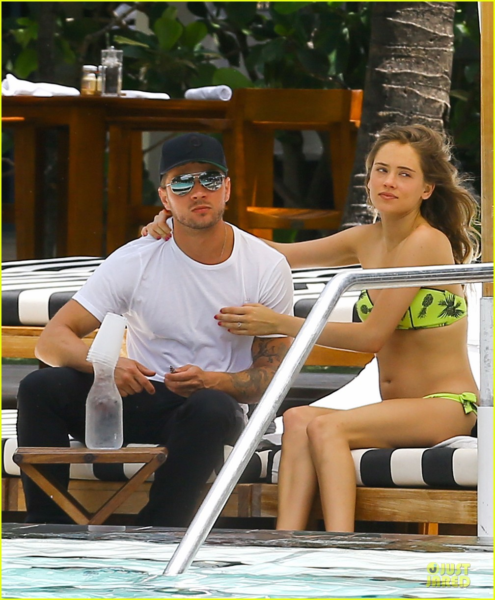ryan phillippe paulina slagter heat up miami by kissing 103133519