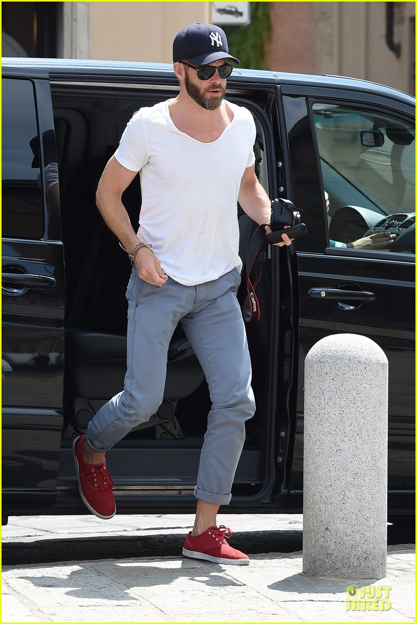 chris pine capture moments in italy 073142805