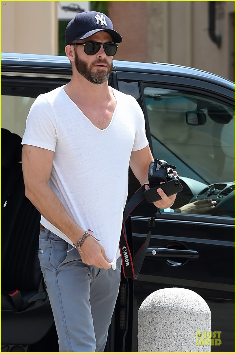chris pine capture moments in italy 083142806