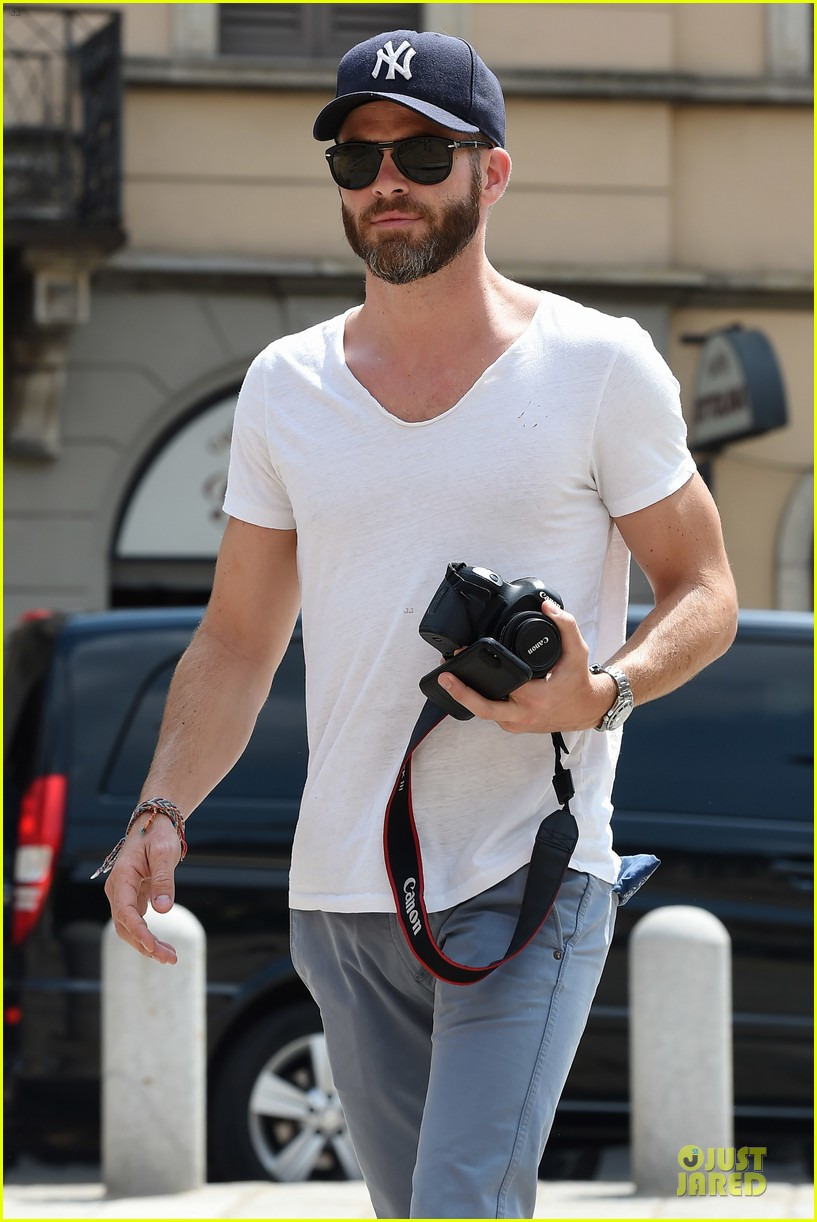 chris pine capture moments in italy 123142810