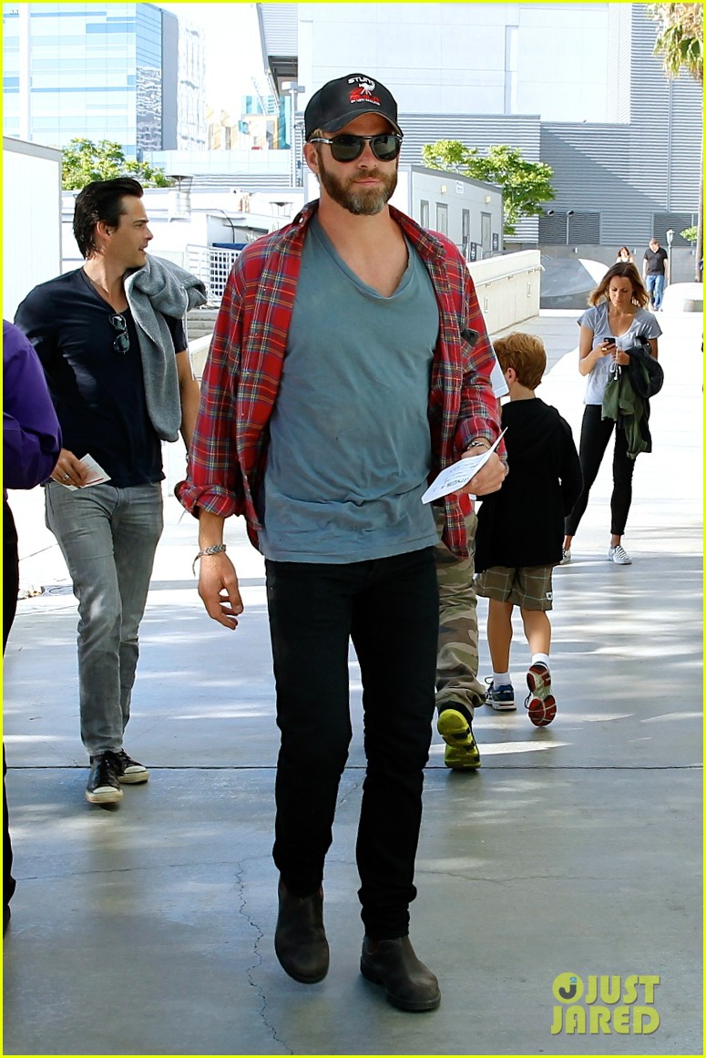 chris pine taylor kitsch give us eye candy at kings game 073135132