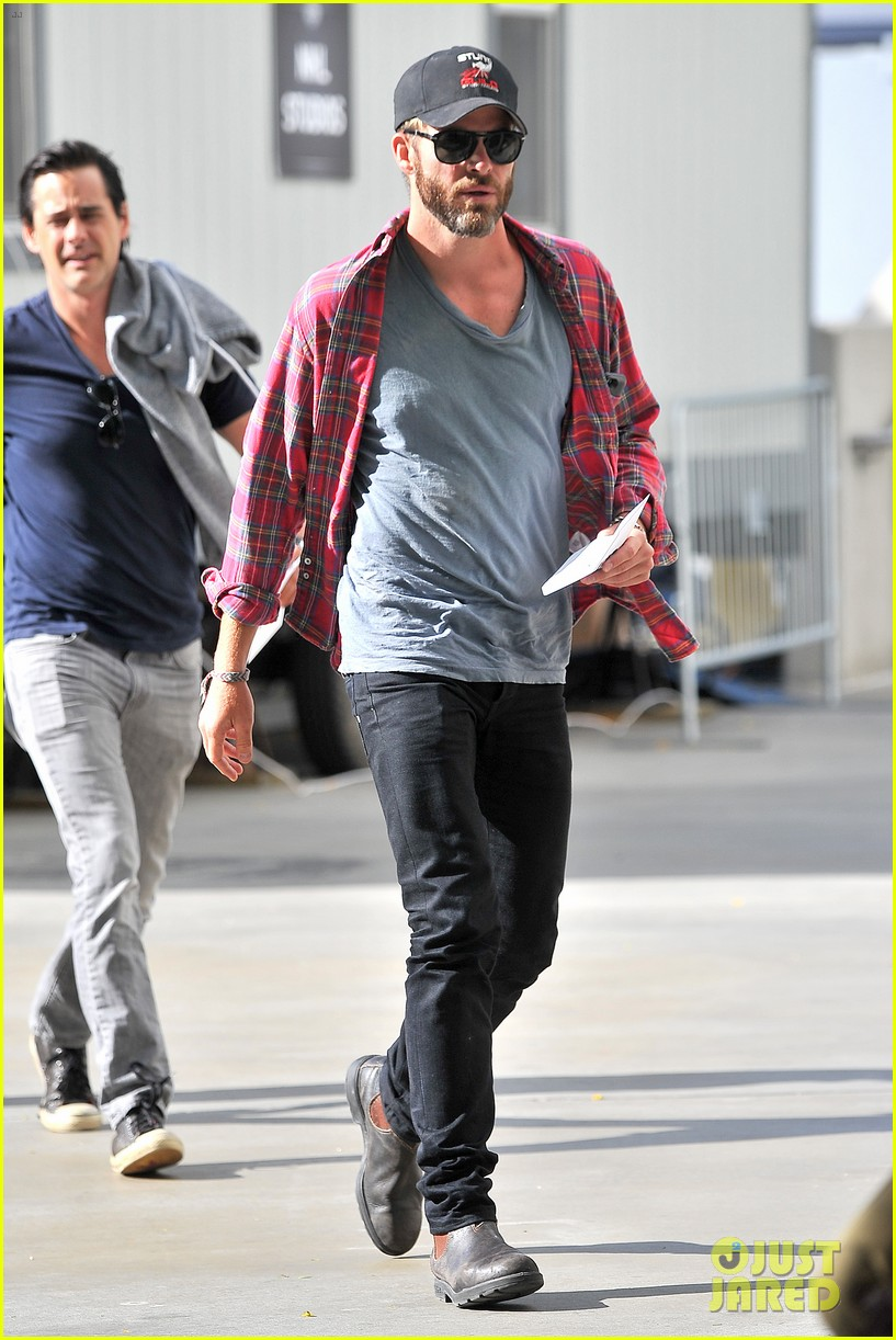 chris pine taylor kitsch give us eye candy at kings game 113135136