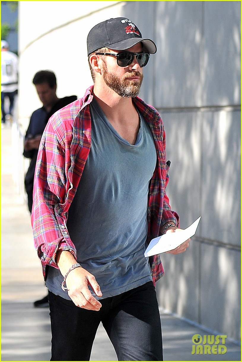 chris pine taylor kitsch give us eye candy at kings game 123135137