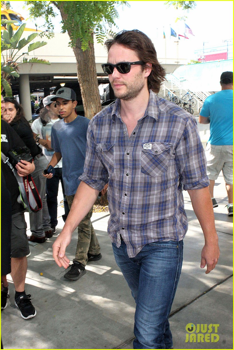 chris pine taylor kitsch give us eye candy at kings game 203135145