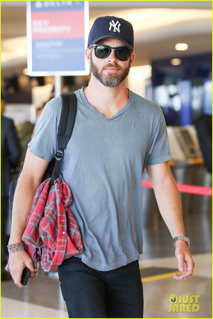 chris pine scruffy airport 033140131