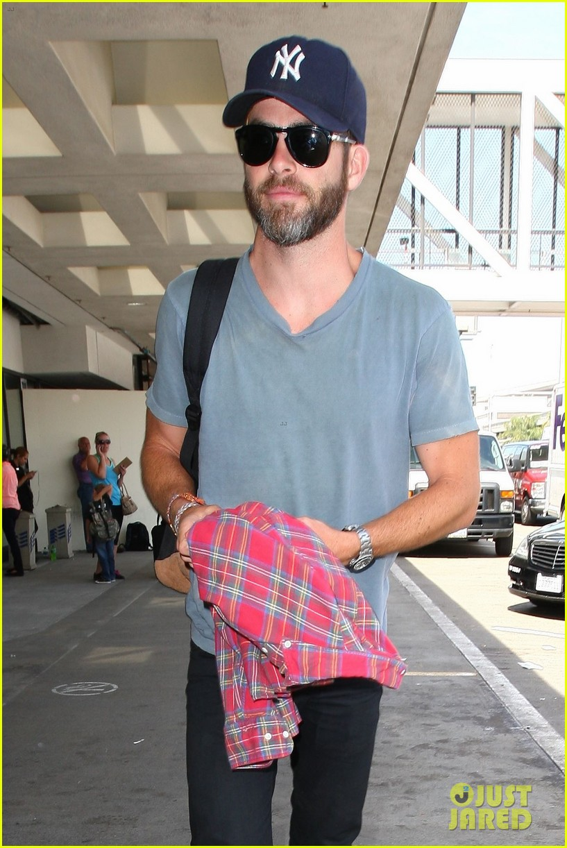chris pine scruffy airport 053140133
