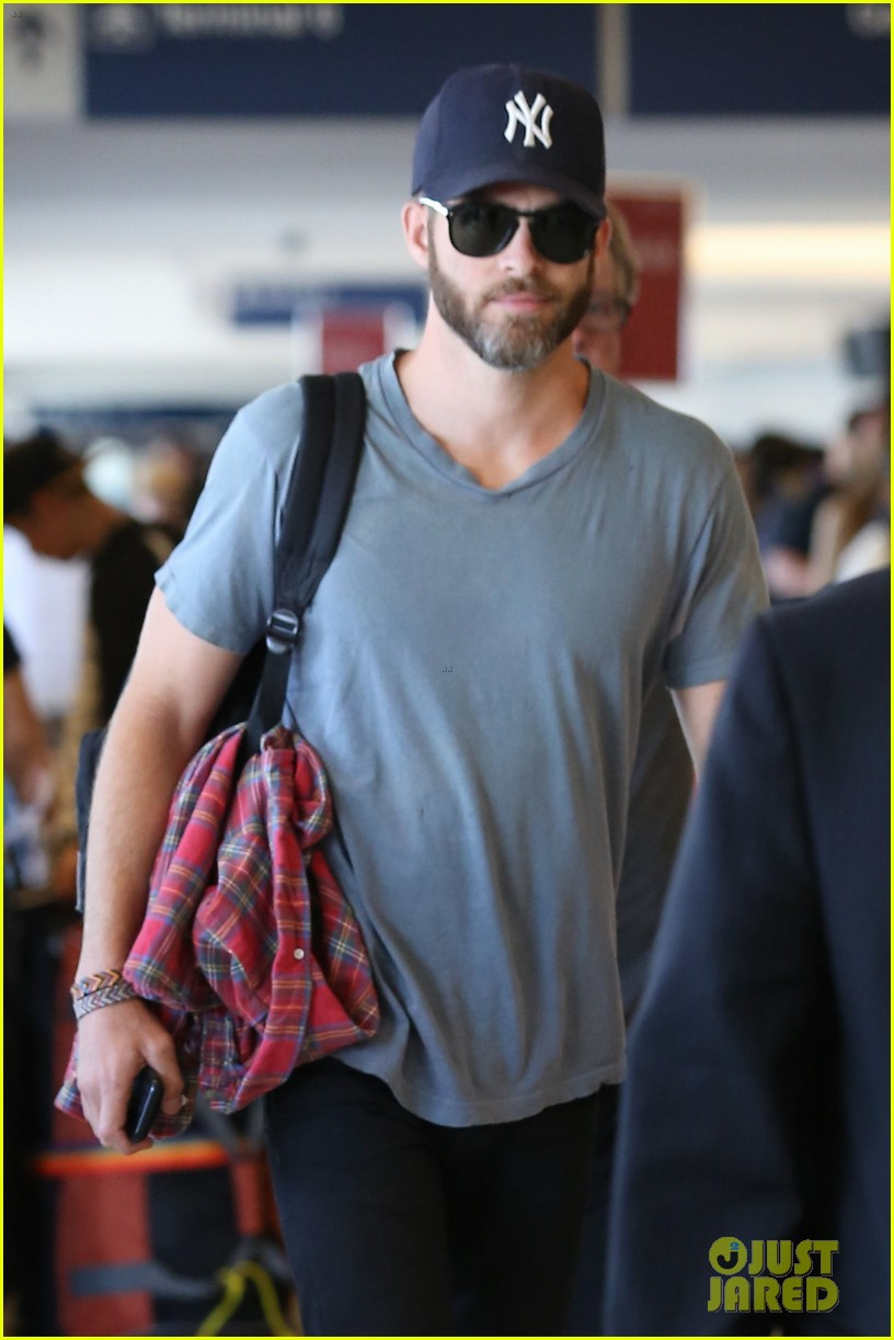 chris pine scruffy airport 083140136
