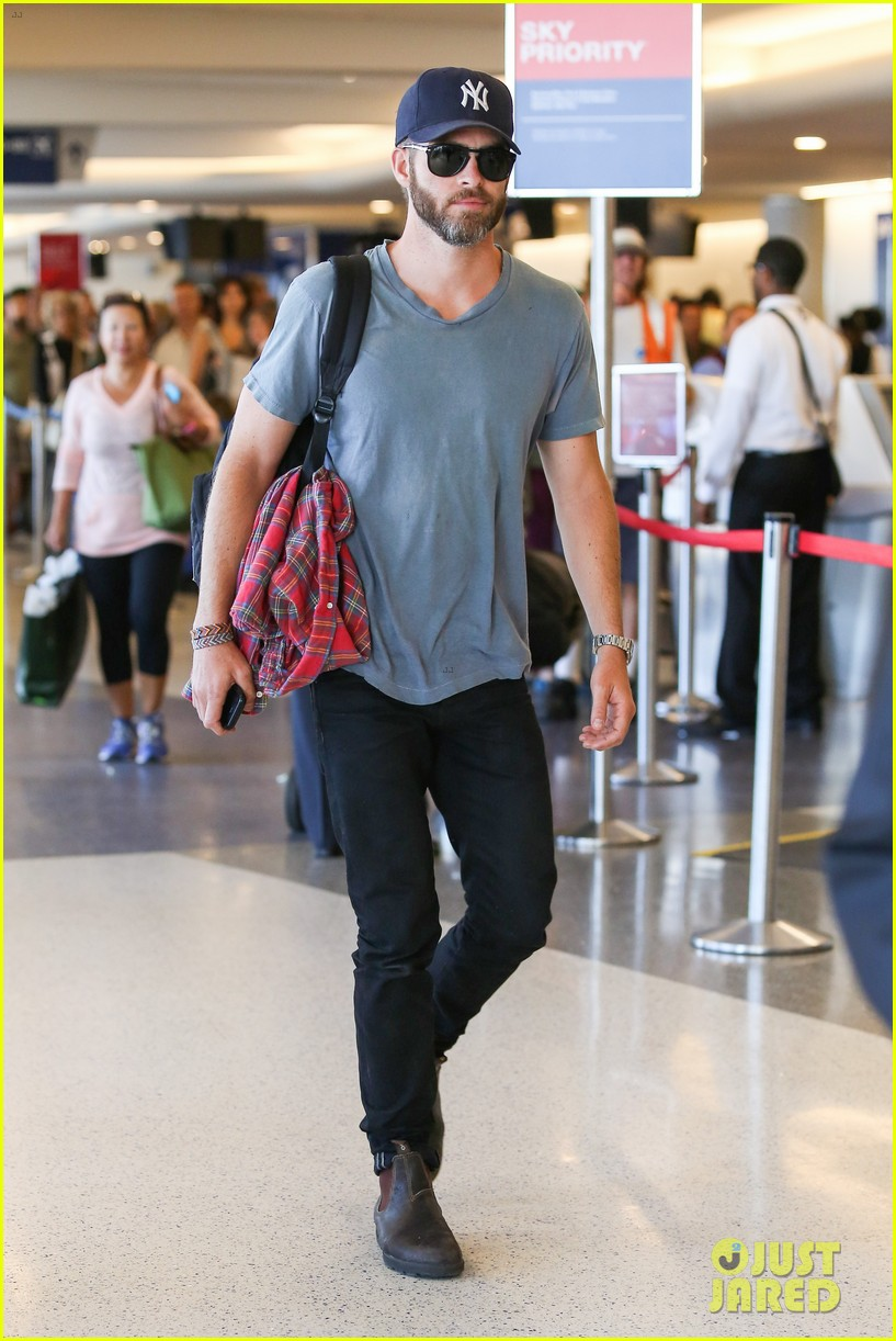 chris pine scruffy airport 143140142