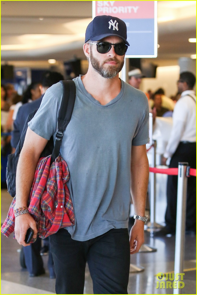 chris pine scruffy airport 15