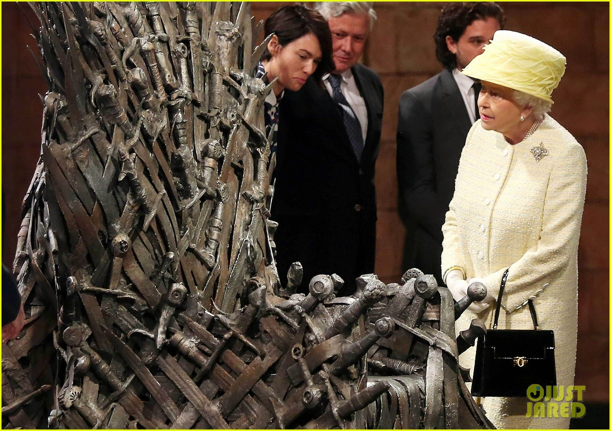queen elizabeth visits game of thrones set 013142583