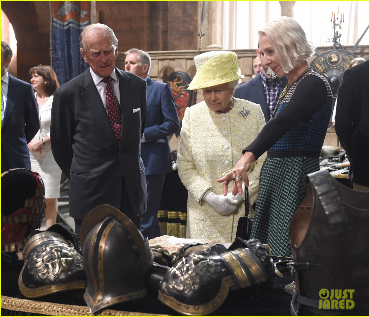 queen elizabeth visits game of thrones set 023142584
