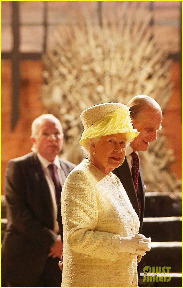 queen elizabeth visits game of thrones set 033142585