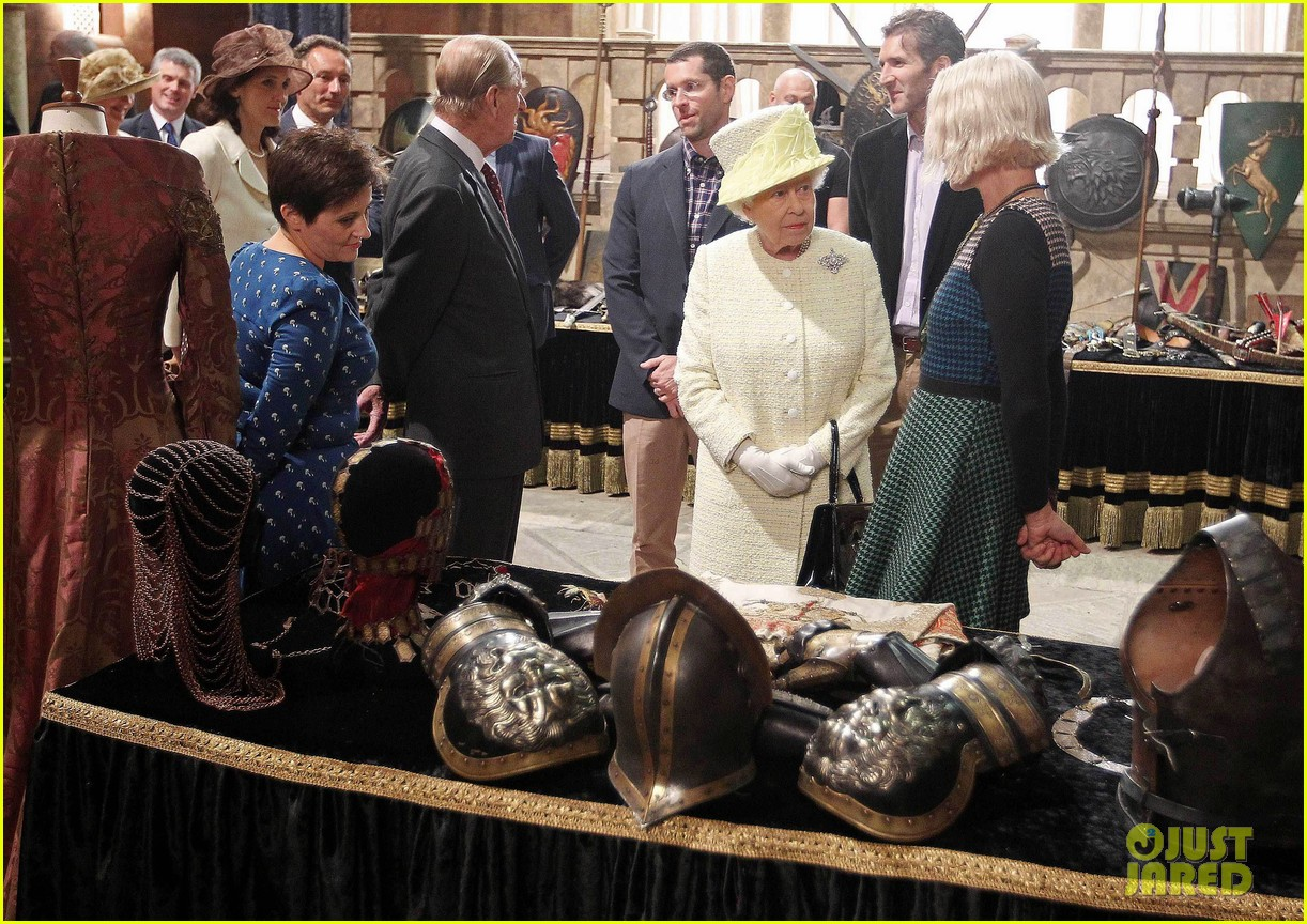 queen elizabeth visits game of thrones set 043142586