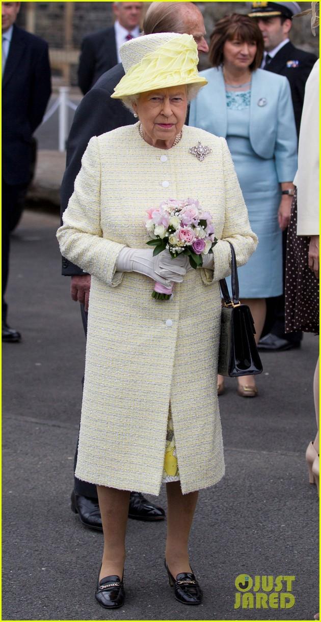queen elizabeth visits game of thrones set 063142588