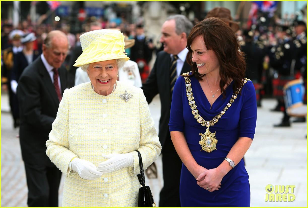 queen elizabeth visits game of thrones set 09