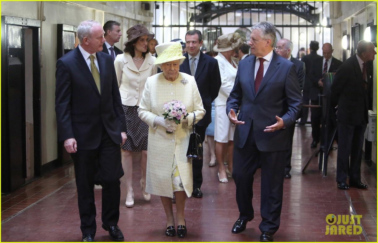 queen elizabeth visits game of thrones set 103142592