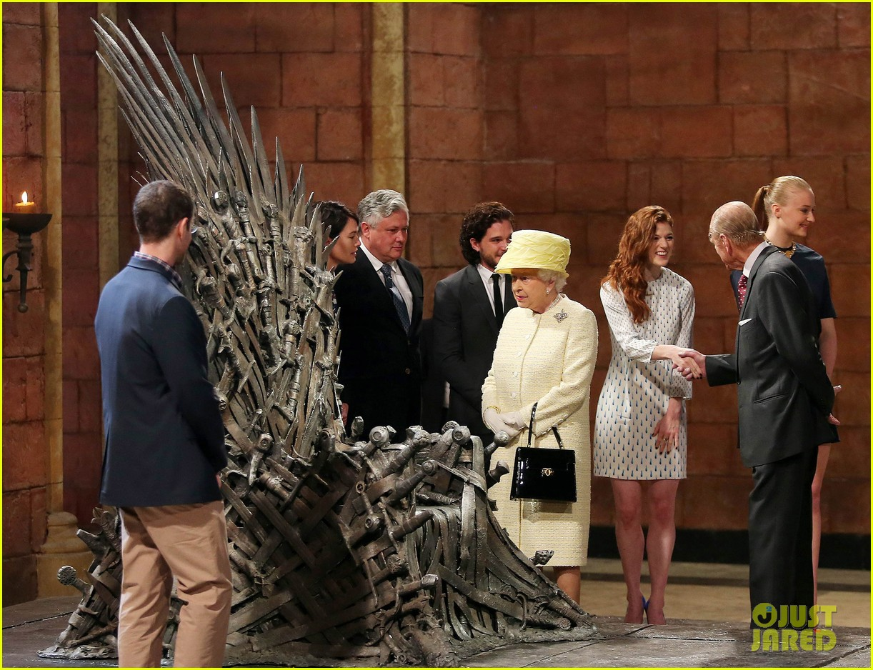 queen elizabeth visits game of thrones set 123142594