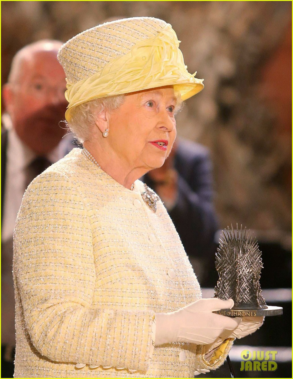 queen elizabeth visits game of thrones set 133142595