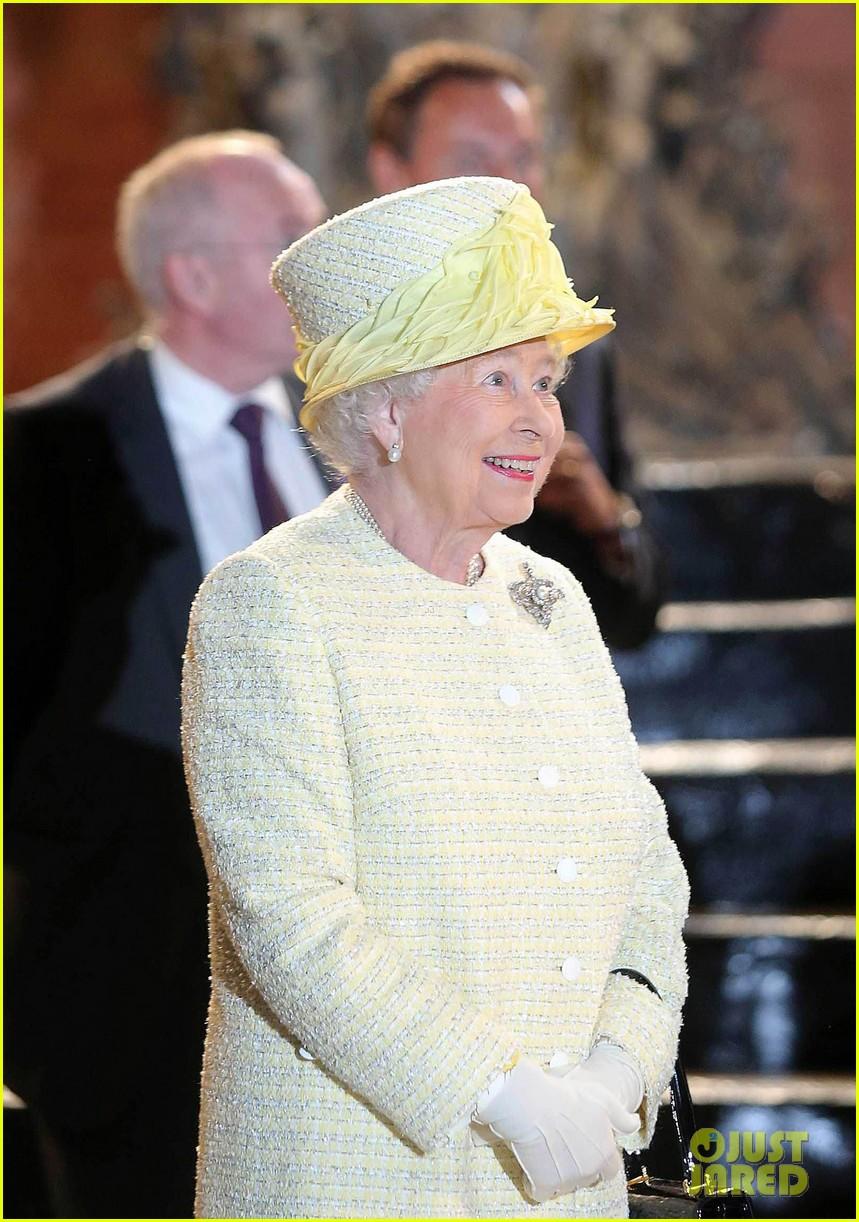 queen elizabeth visits game of thrones set 143142596