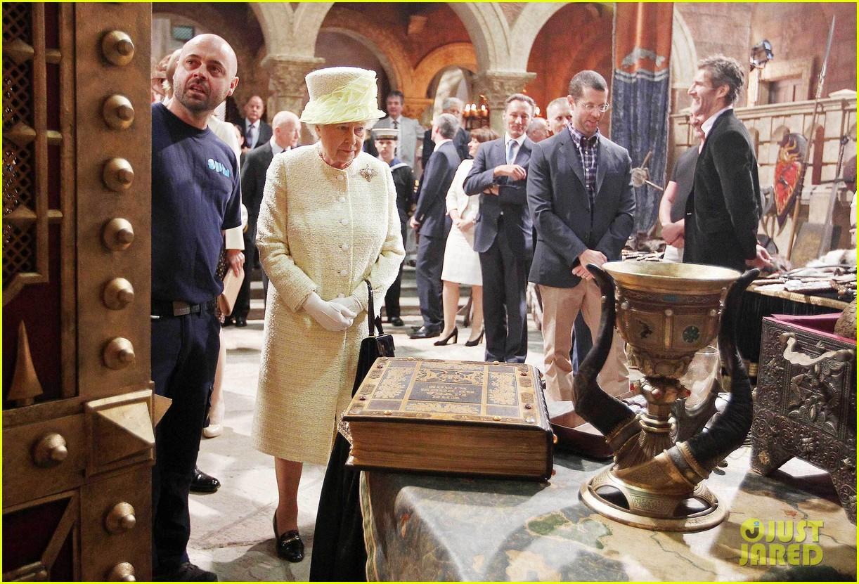 queen elizabeth visits game of thrones set 153142597