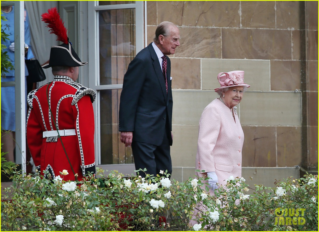 queen elizabeth visits game of thrones set 163142598