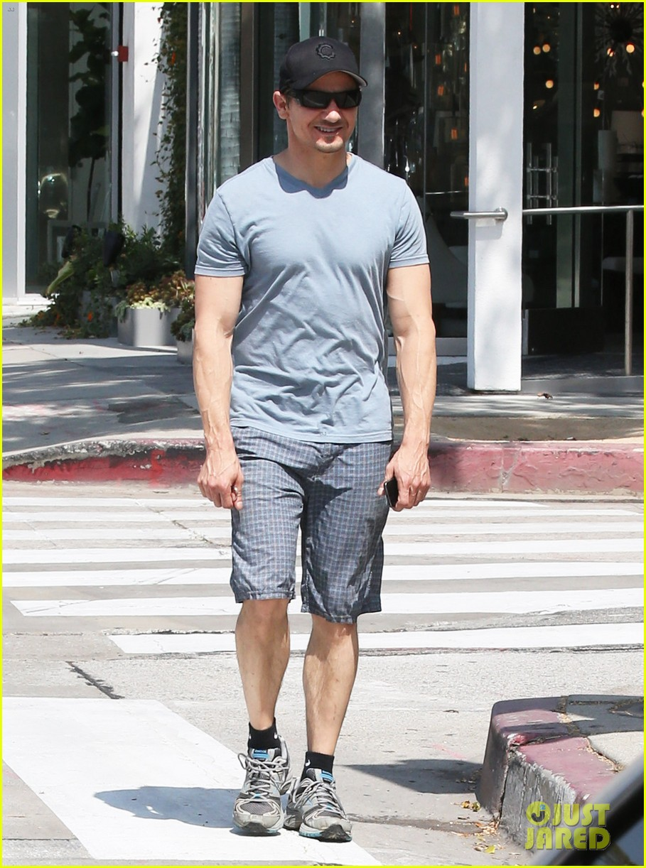 jeremy renner is so ripped his veins are popping out 013144873