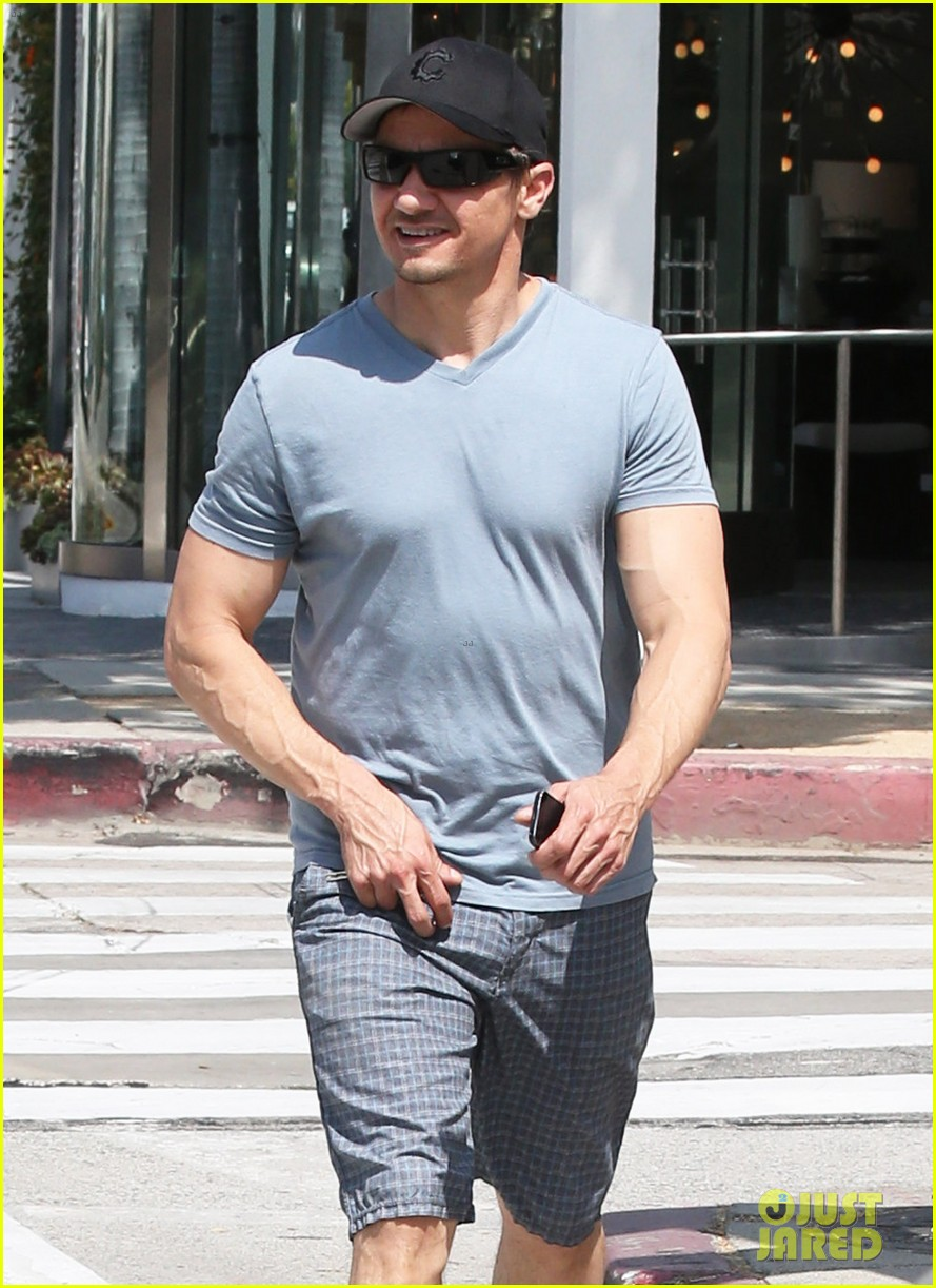 jeremy renner is so ripped his veins are popping out 023144874