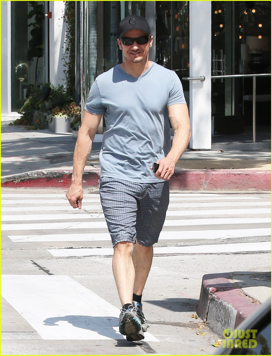jeremy renner is so ripped his veins are popping out 033144875