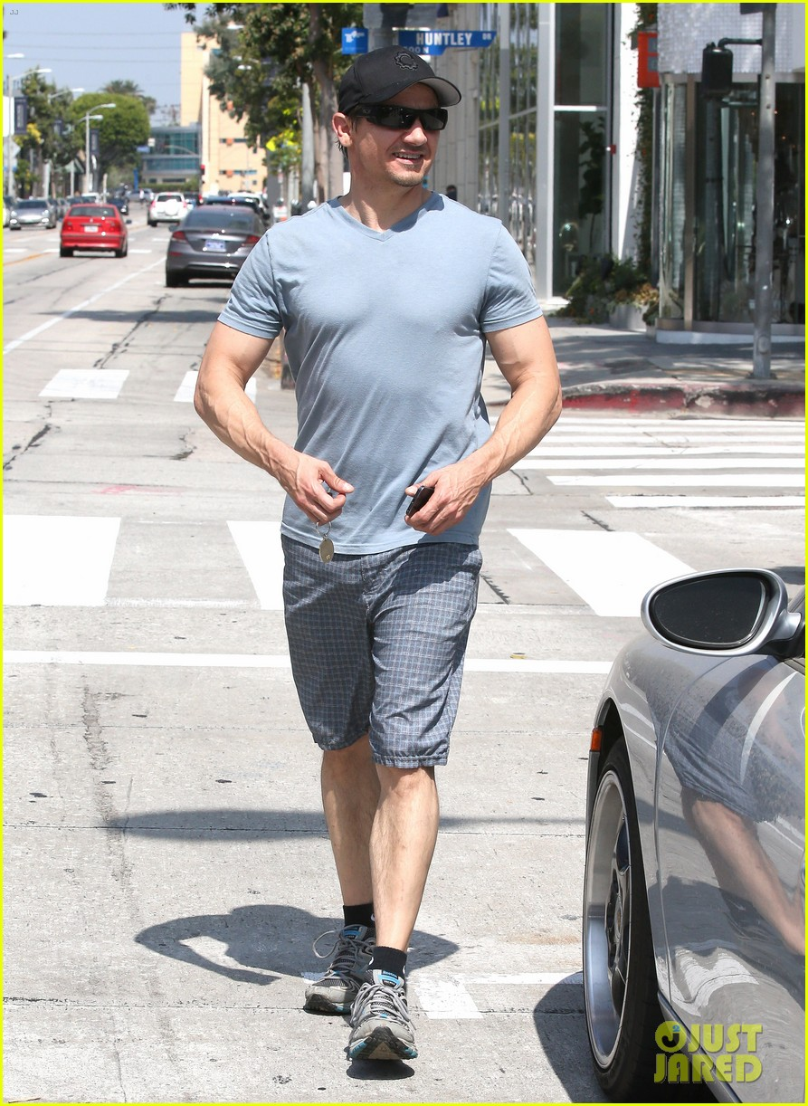 jeremy renner is so ripped his veins are popping out 05