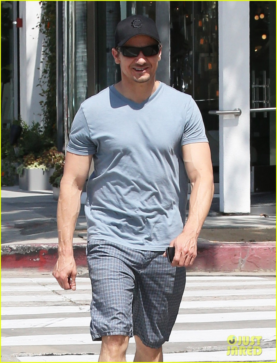 jeremy renner is so ripped his veins are popping out 063144878