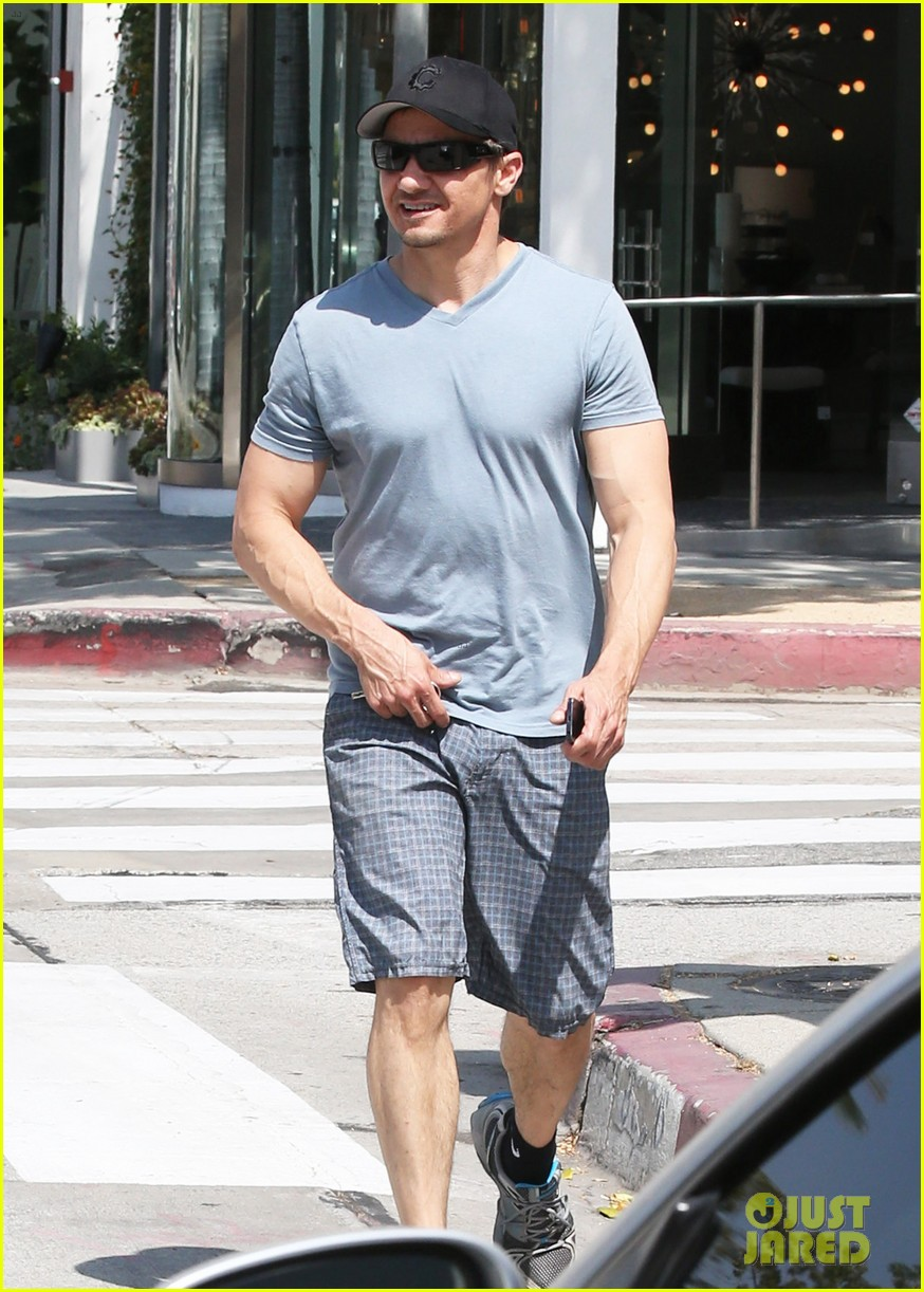jeremy renner is so ripped his veins are popping out 083144880
