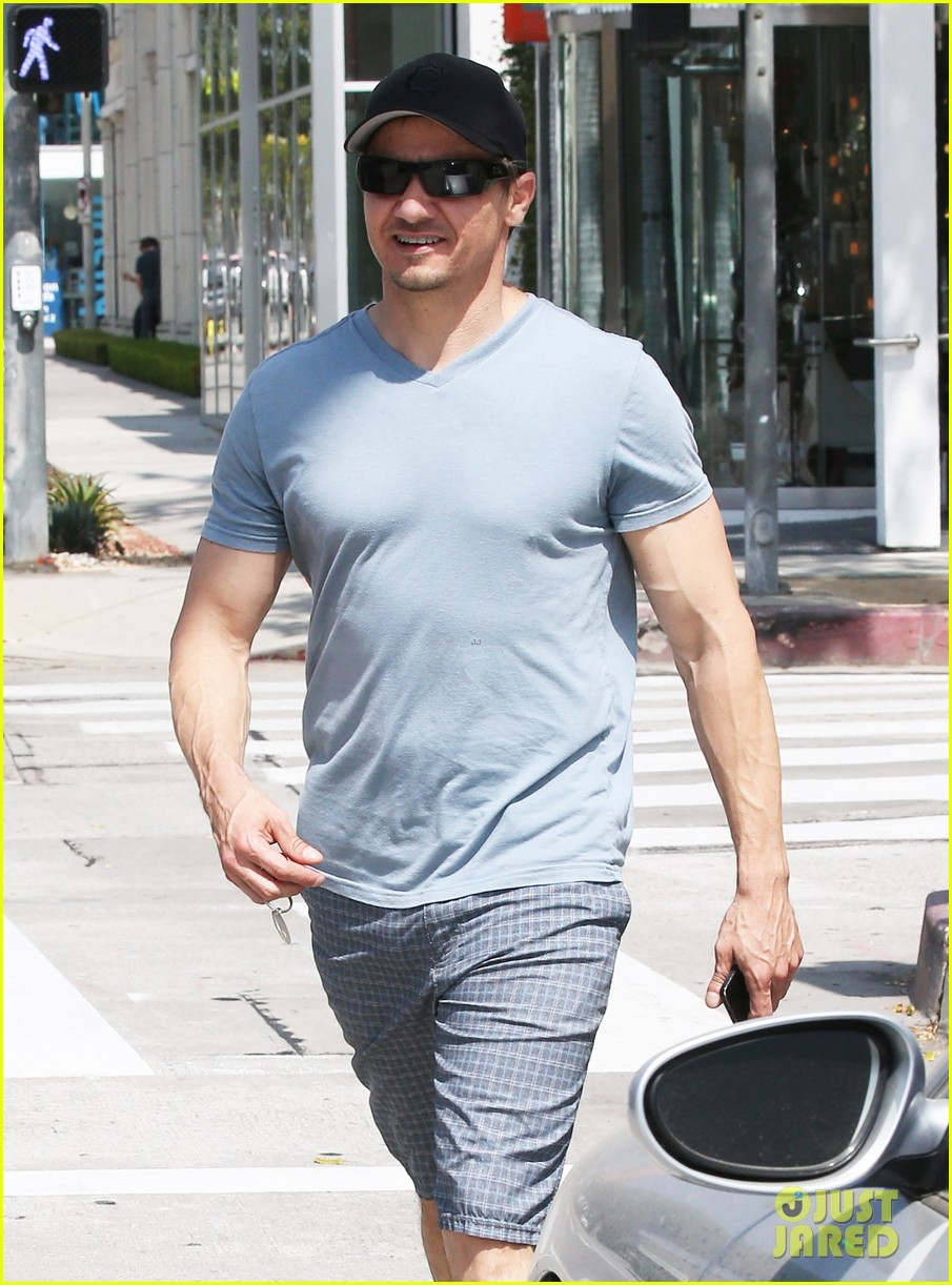 jeremy renner is so ripped his veins are popping out 093144881