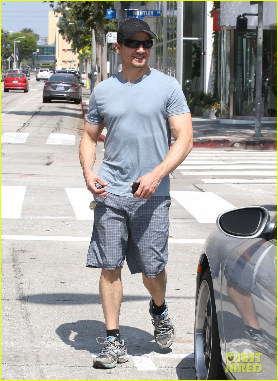 jeremy renner is so ripped his veins are popping out 123144884