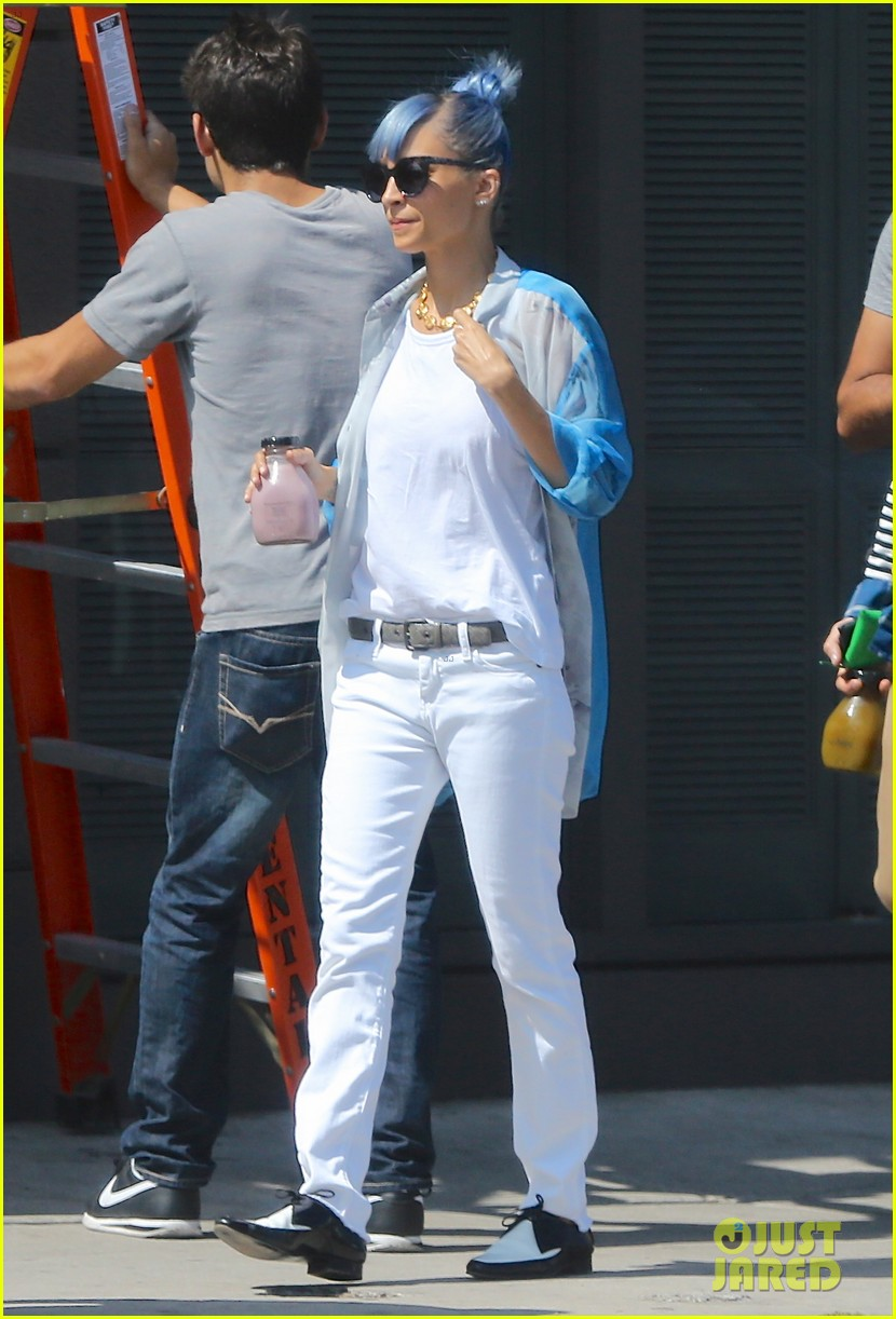 nicole richie debuts new blue hair 05