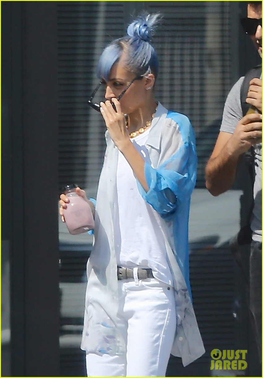 nicole richie debuts new blue hair 233134988