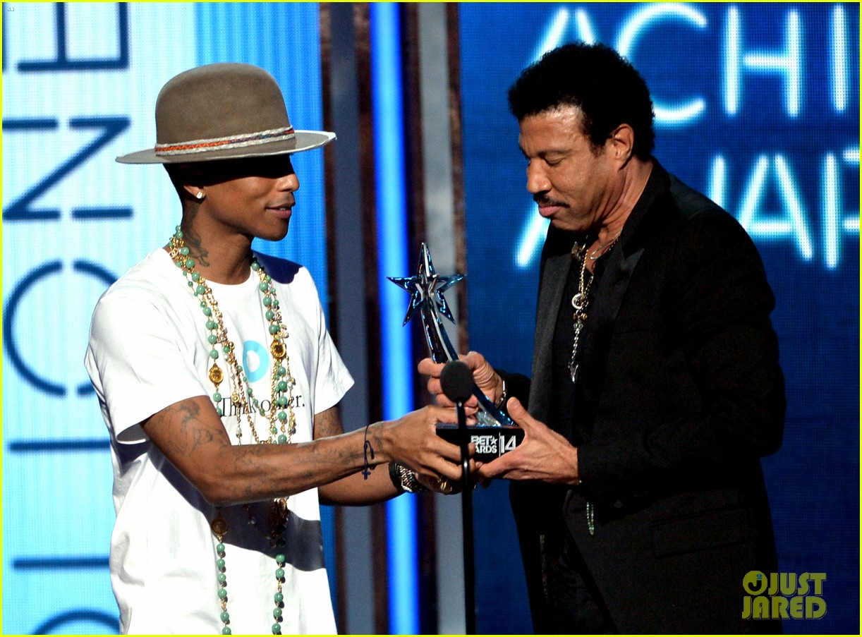 lionel richie name spelled wrong at bet awards 2014 043146432