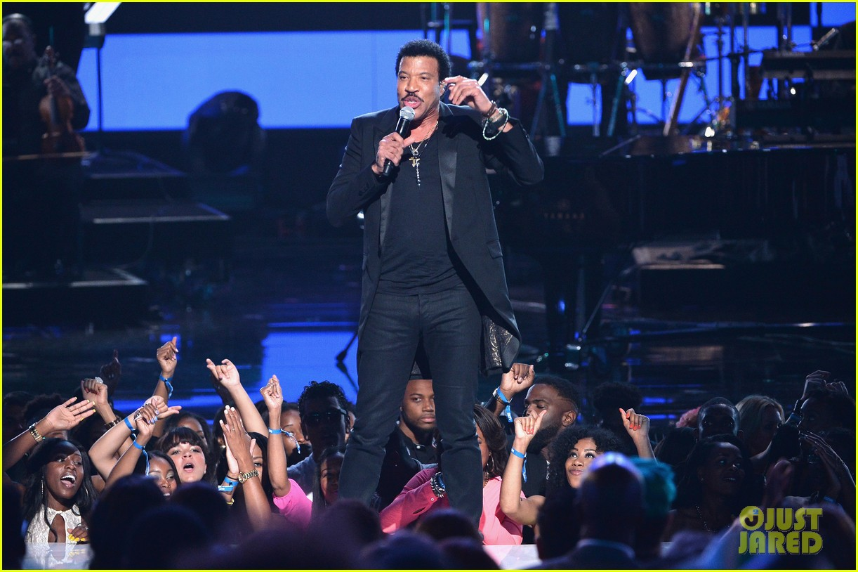 lionel richie name spelled wrong at bet awards 2014 093146437