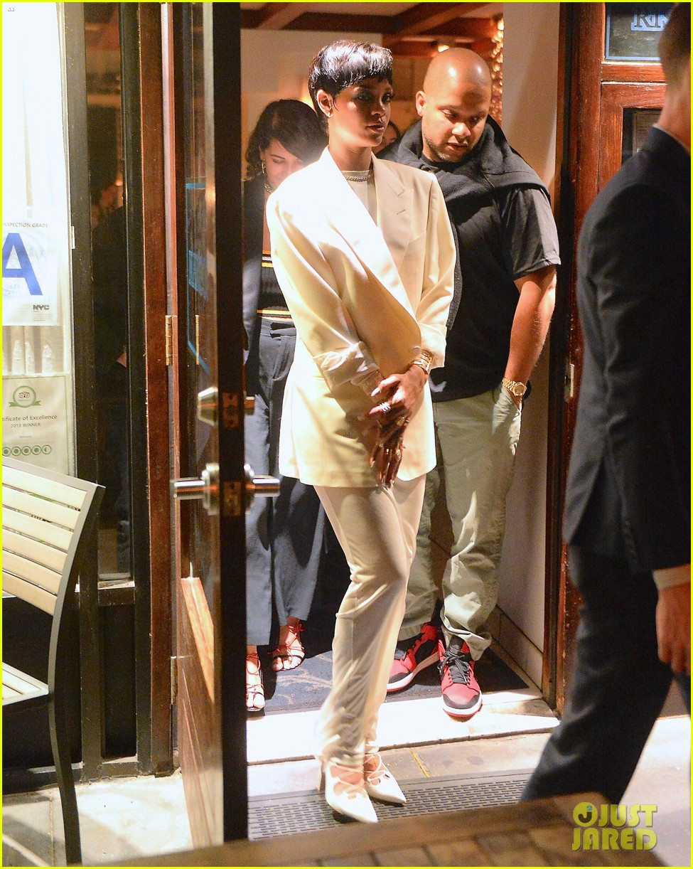 rihanna covers up for celebratory dinner after cfda awards 013127219