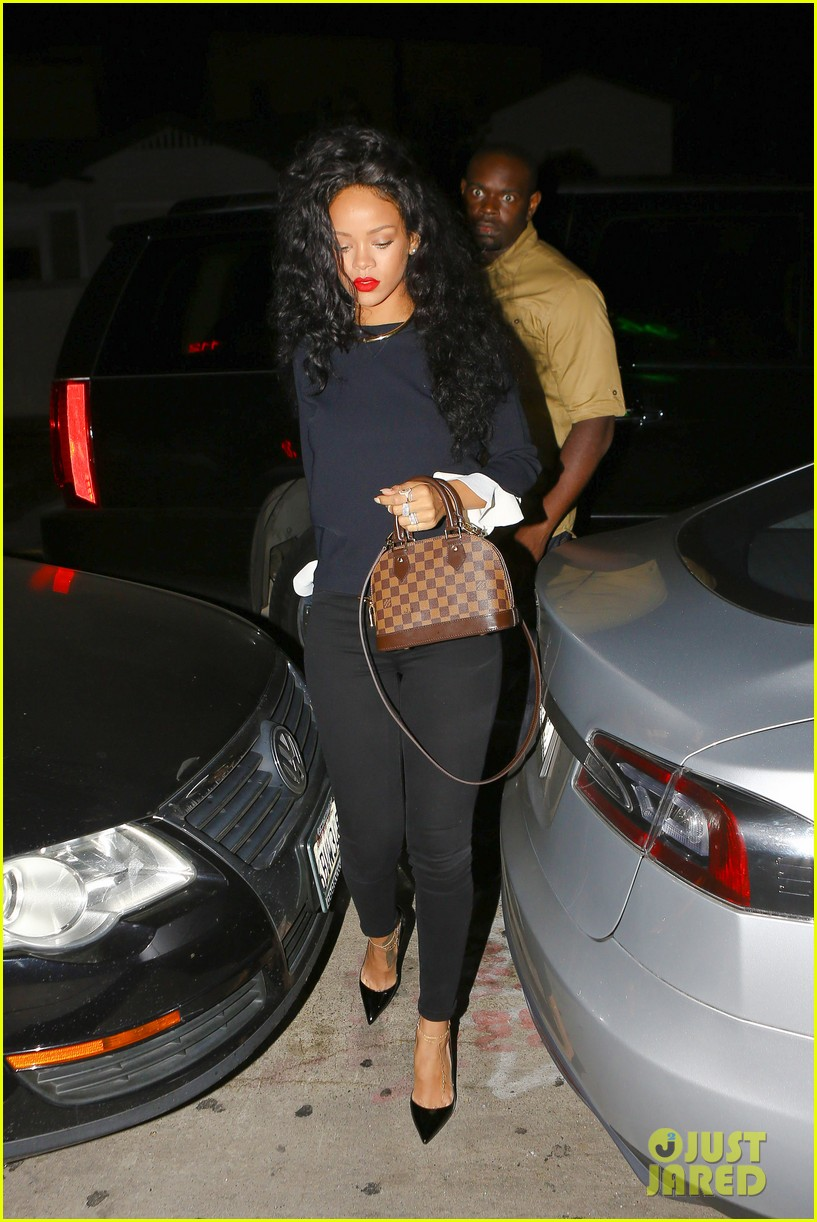 rihanna chris martin share a friendly dinner 103131608