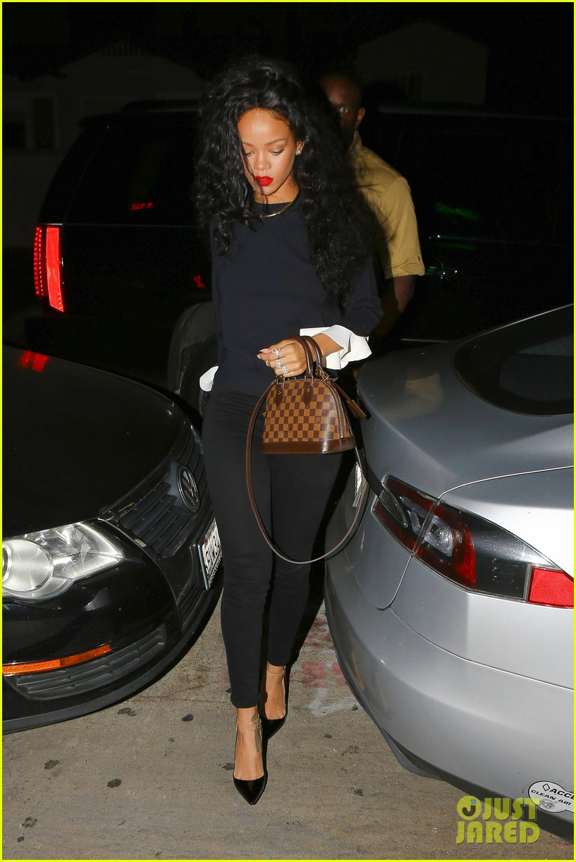 rihanna chris martin share a friendly dinner 113131609