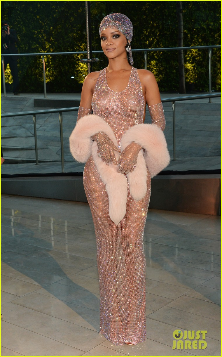 rihanna stylist talks her so naked dress at cfda awards 063127124
