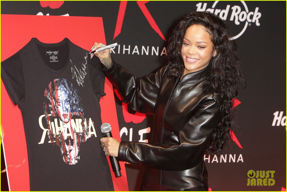 rihanna launches limited edition t shirt for charity 033128847