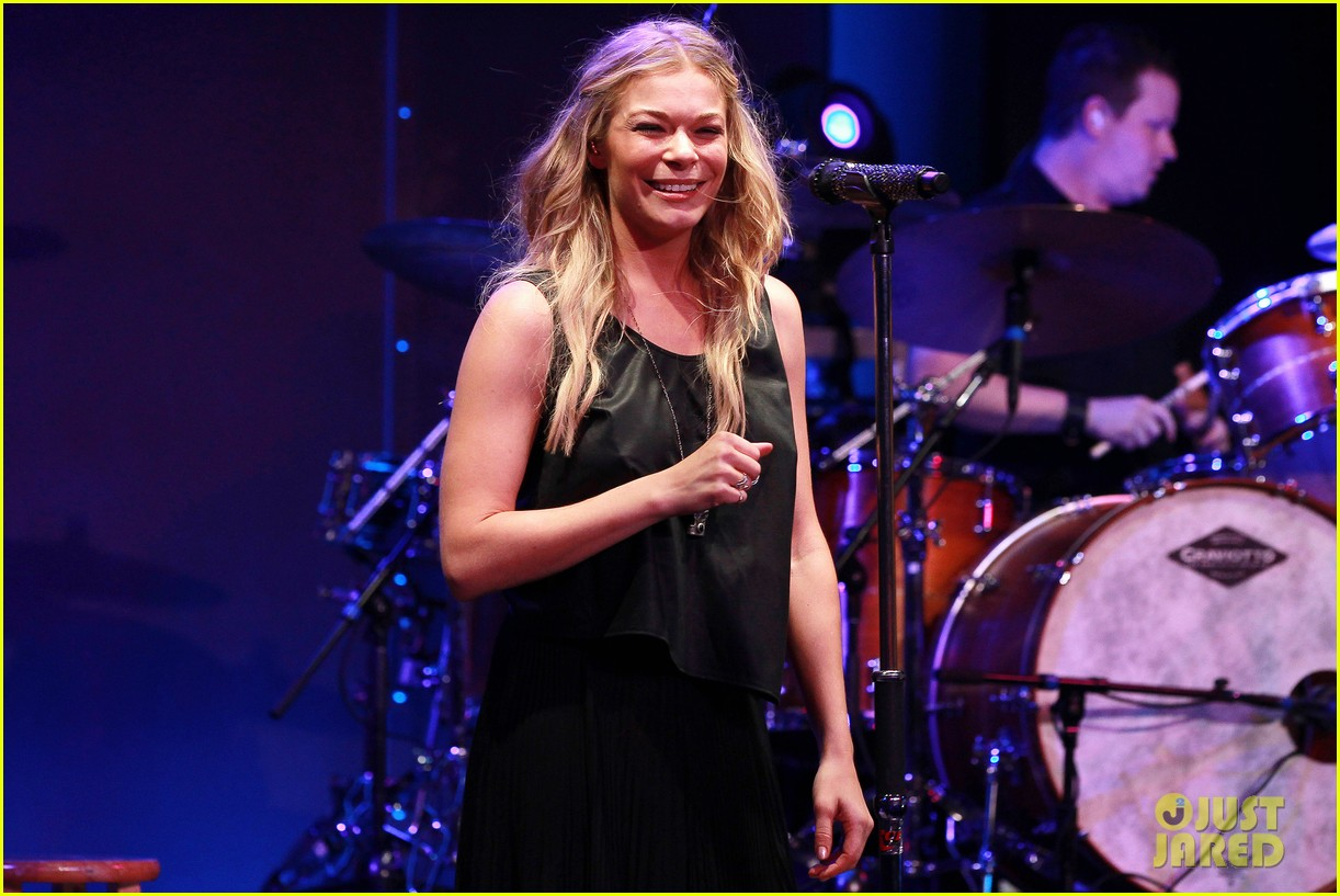 leann rimes wants a cell phone drop in toilet 043130614